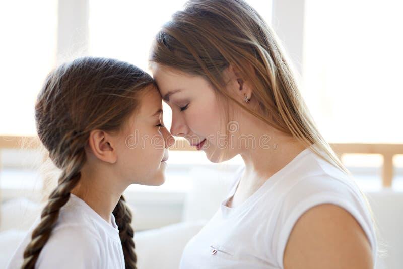 Αγαπώντας πλάγια όψη μητέρων στοκ εικόνες με δικαίωμα ελεύθερης χρήσης