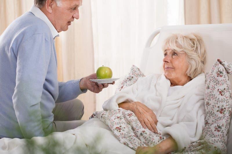 Αγαπώντας σύζυγος και άρρωστη σύζυγος στοκ φωτογραφία