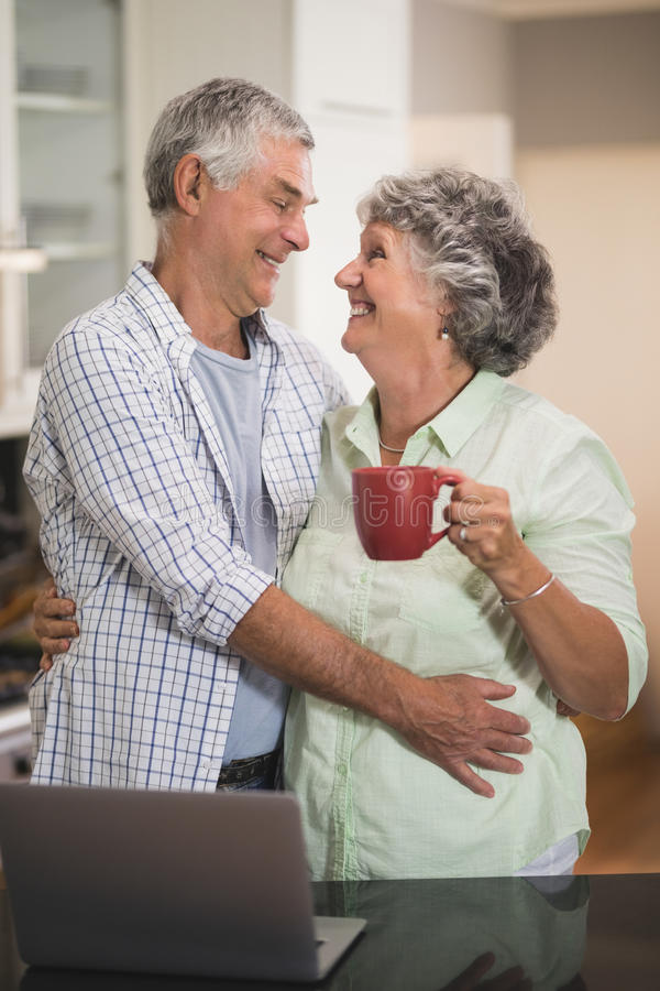 Αγαπώντας το ανώτερο ζεύγος που εξετάζει το ένα το άλλο στο σπίτι στοκ φωτογραφίες με δικαίωμα ελεύθερης χρήσης