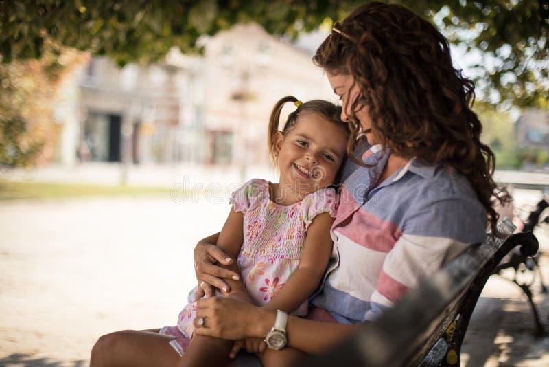 Αγαπώ τα αγκαλιάσματα μητέρων στοκ εικόνες