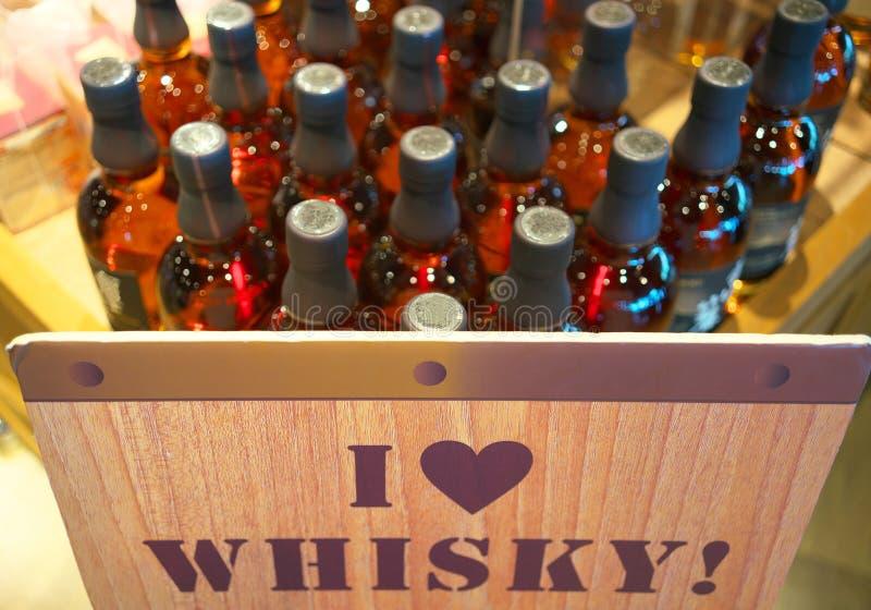 Αγαπώ το σημάδι ουίσκυ και τα μπουκάλια ουίσκυ στοκ φωτογραφίες