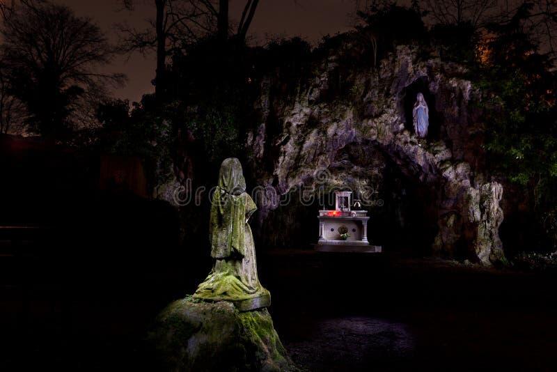 Αγαλμάτων άγιας παρθένας Mary Grotto στοκ εικόνες