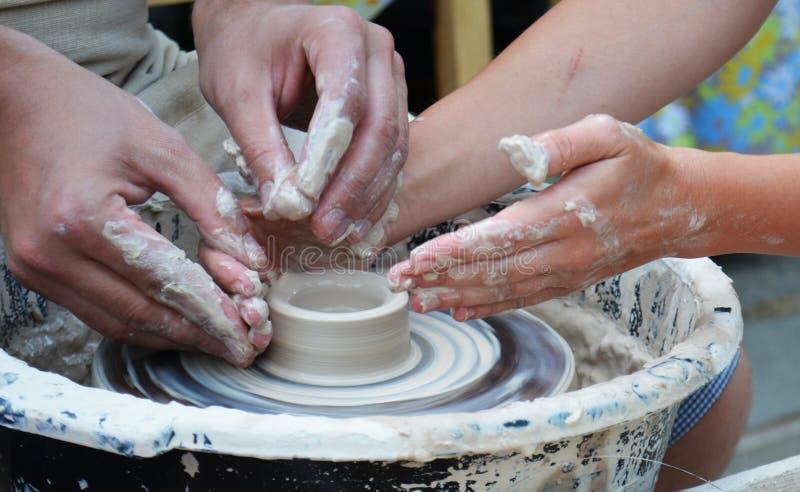 Αγγειοπλάστης χεριών στην εργασία στοκ φωτογραφία με δικαίωμα ελεύθερης χρήσης