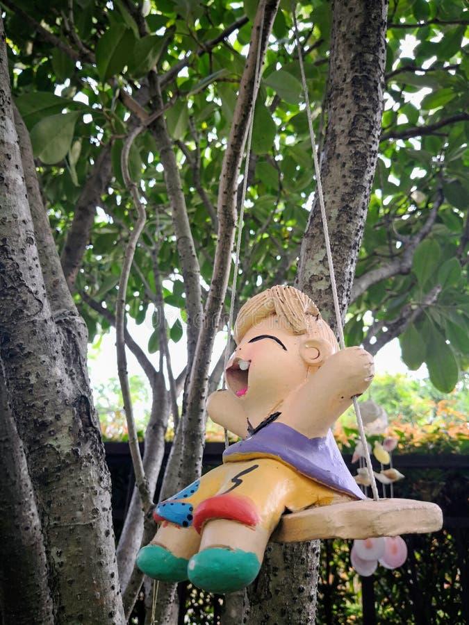 Αγγειοπλαστική αγοριών του Yong στον υπαίθριο κήπο στοκ εικόνες