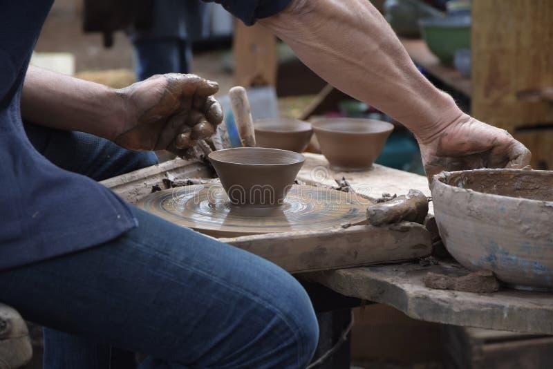 Αγγειοπλάστης που δημιουργεί νέο έναν κεραμικό του αργίλου στο potter& x27 ρόδα του s μέσα στοκ φωτογραφίες με δικαίωμα ελεύθερης χρήσης