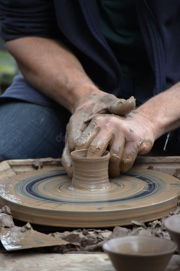 Αγγειοπλάστης που δημιουργεί νέο έναν κεραμικό του αργίλου στο potter& x27 ρόδα του s στο τ στοκ φωτογραφία με δικαίωμα ελεύθερης χρήσης