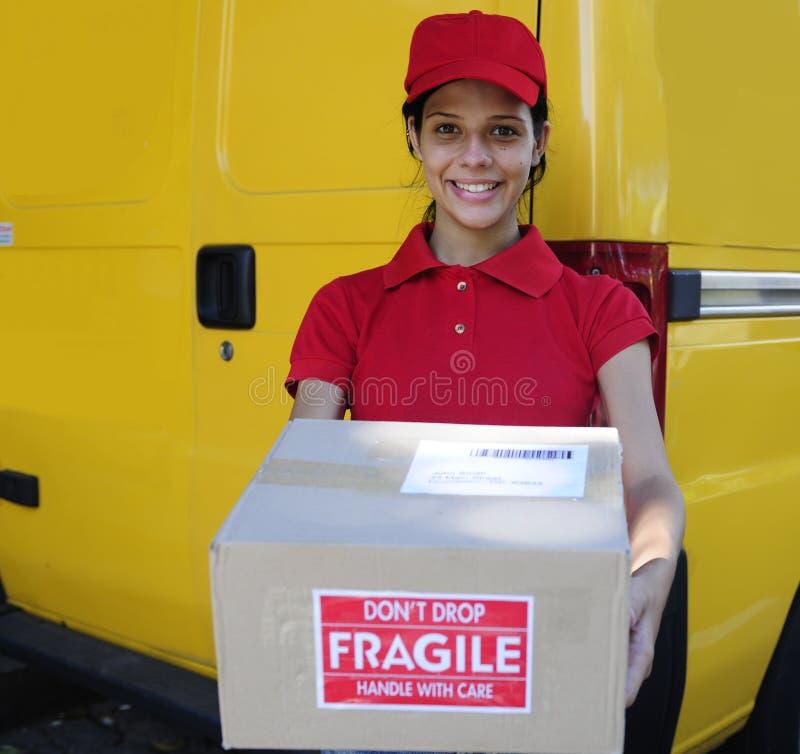Αγγελιαφόρος παράδοσης που παραδίδει τις ταχυδρομικές συσκευασίες στοκ φωτογραφία με δικαίωμα ελεύθερης χρήσης