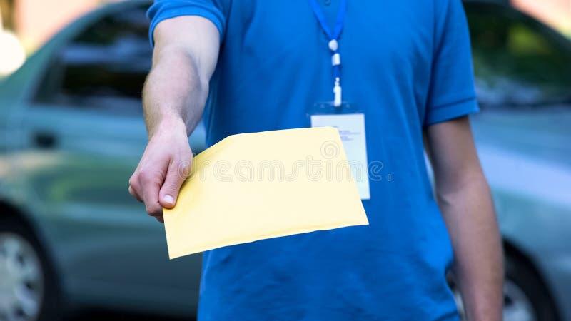 Αγγελιαφόρος που δίνει τη συσκευασία εγγράφων, υπηρεσία παράδοσης επιχείρησης, από σπίτι σε σπίτι ναυτιλία στοκ φωτογραφία με δικαίωμα ελεύθερης χρήσης