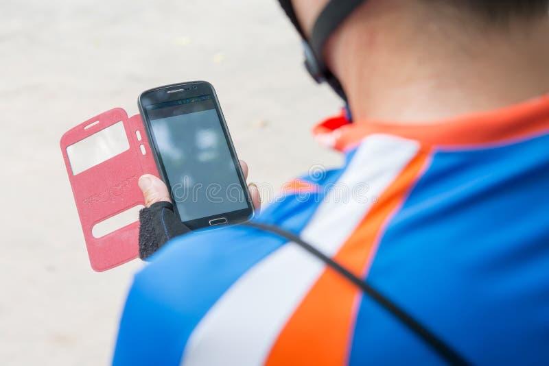 Αγγελιοφόρος ποδηλάτων που χρησιμοποιεί το κινητό τηλέφωνο στοκ φωτογραφία με δικαίωμα ελεύθερης χρήσης