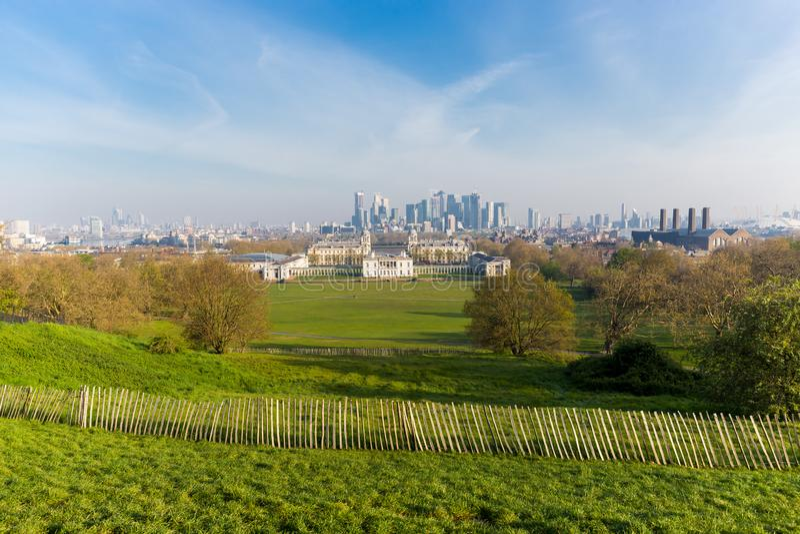 Αγγλία - 19 Απριλίου 2019: Στο πάρκο του Γκρήνουιτς με το εθνικό θαλάσσιο μουσείο στοκ εικόνες