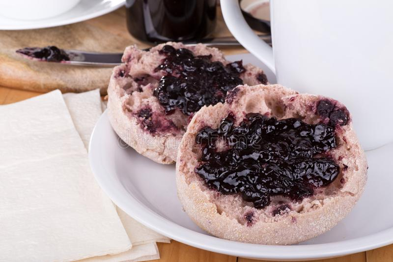 Αγγλικά Muffins με τη μαρμελάδα βακκινίων στοκ εικόνες με δικαίωμα ελεύθερης χρήσης