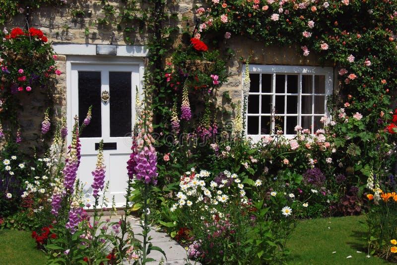 αγγλικός κήπος εξοχικών &s στοκ φωτογραφία με δικαίωμα ελεύθερης χρήσης