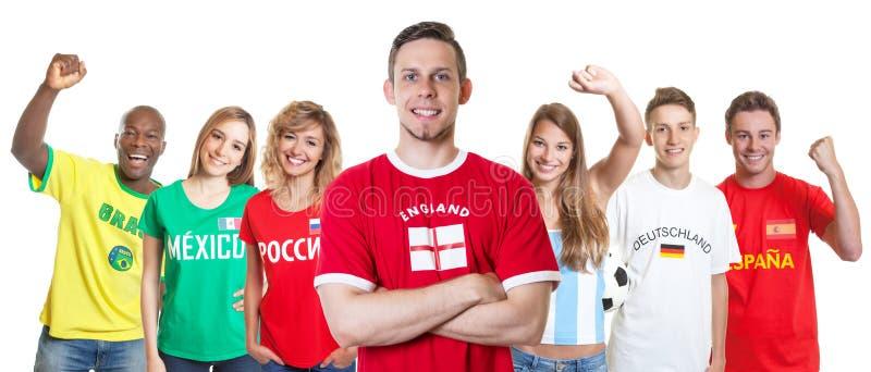 Αγγλικός υποστηρικτής ποδοσφαίρου με τους ανεμιστήρες από άλλες χώρες στοκ εικόνα