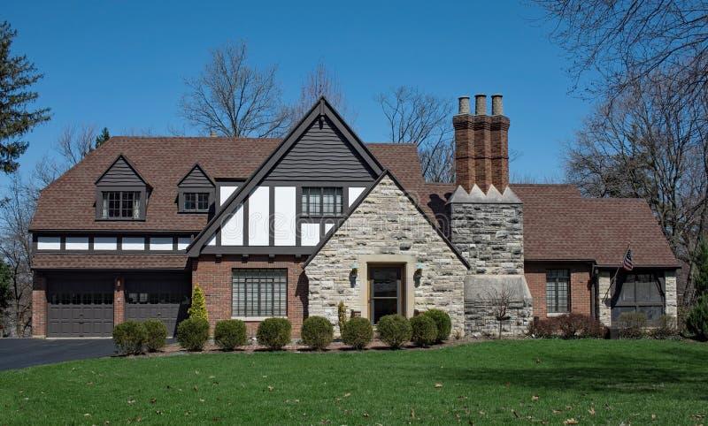 Αγγλικό σπίτι ύφους Tudor με την τριπλή καπνοδόχο σωρών στοκ εικόνες με δικαίωμα ελεύθερης χρήσης