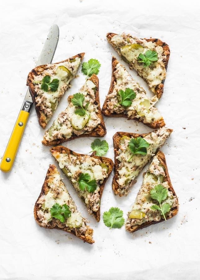 Αγγουράκια τουρσί, κονσερβοποιημένος τόνος, τυρί, σάντουιτς με πολυσορβικό ψωμί σε ανοιχτό φόντο, σε θέα στοκ φωτογραφία με δικαίωμα ελεύθερης χρήσης