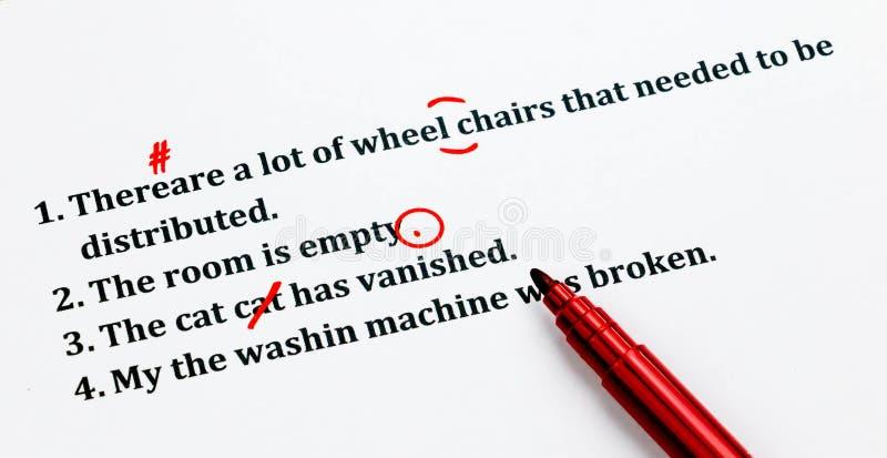 Αγγλικές προτάσεις και διορθώνοντας σύμβολα στο άσπρο φύλλο στοκ φωτογραφία με δικαίωμα ελεύθερης χρήσης