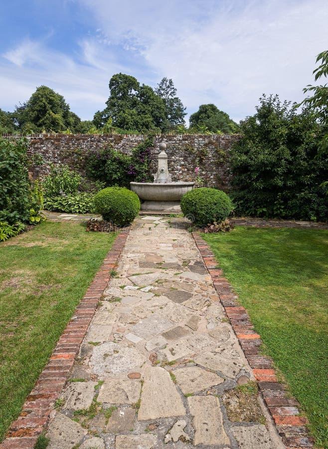 Αγγλικός εντυπωσιακός κατ' οίκον περιτοιχισμένος κήπος στοκ εικόνες με δικαίωμα ελεύθερης χρήσης