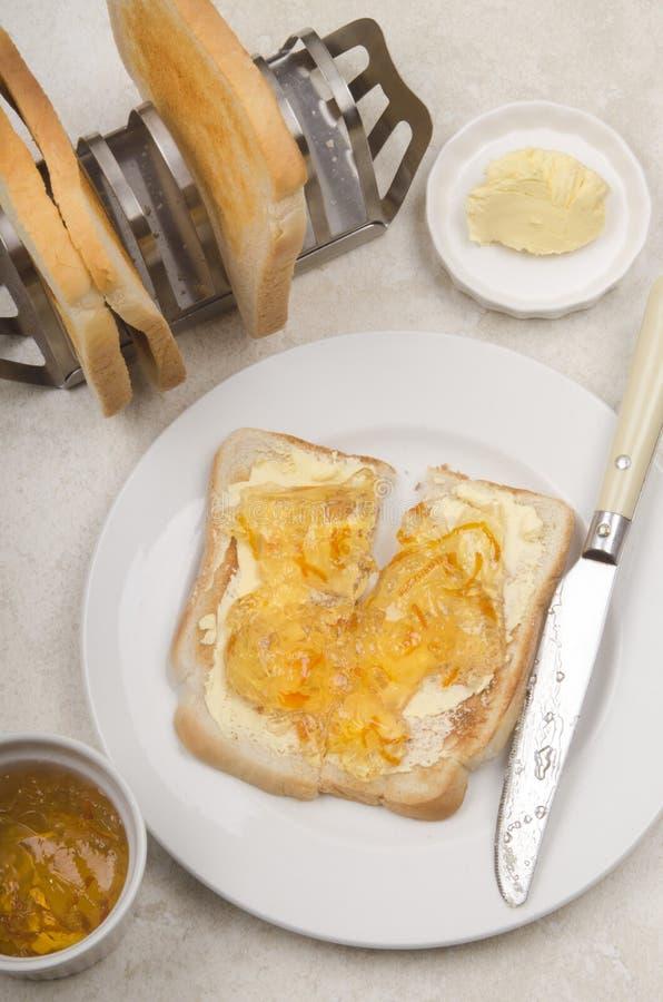 Αγγλικό πρόγευμα με τη φρυγανιά και την πορτοκαλιά μαρμελάδα στοκ φωτογραφία με δικαίωμα ελεύθερης χρήσης