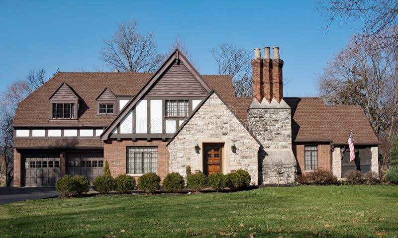 Αγγλικό τούβλο Tudor & πέτρινο σπίτι στοκ φωτογραφία με δικαίωμα ελεύθερης χρήσης