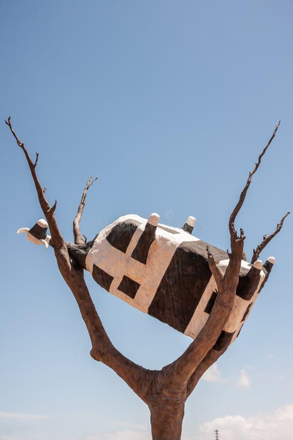 Αγελάδα επάνω σε γλυπτό δέντρου στη Μελβούρνη της Αυστραλίας στοκ φωτογραφία