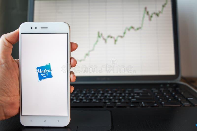 ΑΓΙΟΣ ΠΕΤΡΟΥΠΟΛΗ, ΡΩΣΙΑ - 25 ΙΟΥΝΊΟΥ 2019: Λογότυπο επιχείρησης Hasbro στην οθόνη smartphone στοκ εικόνες με δικαίωμα ελεύθερης χρήσης