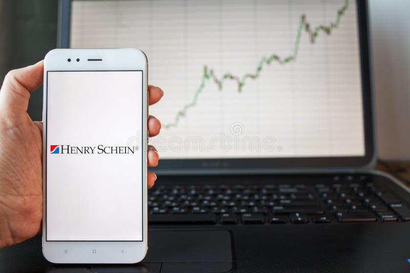 ΑΓΙΟΣ ΠΕΤΡΟΥΠΟΛΗ, ΡΩΣΙΑ - 25 ΙΟΥΝΊΟΥ 2019: Λογότυπο του Henry Schein Company στην οθόνη smartphone στοκ εικόνα με δικαίωμα ελεύθερης χρήσης