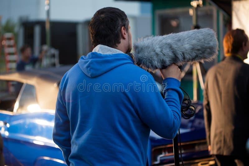 ΑΓΙΟΣ ΠΕΤΡΟΥΠΟΛΗ, ΡΩΣΙΑ - 31 ΟΚΤΩΒΡΊΟΥ 2018: Πλήρωμα ταινιών Υγιής καταγραφή στο σύνολο Άτομο με ένα μικρόφωνο με windproof στοκ φωτογραφία
