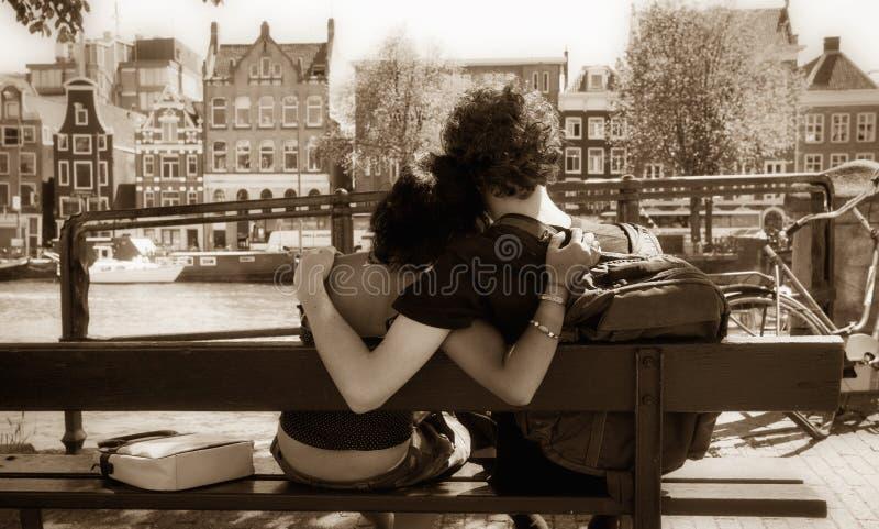 αγκάλιασμα ζευγών στοκ φωτογραφίες με δικαίωμα ελεύθερης χρήσης