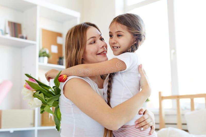 Αγκάλιασμα μητέρων και κορών στοκ φωτογραφίες με δικαίωμα ελεύθερης χρήσης