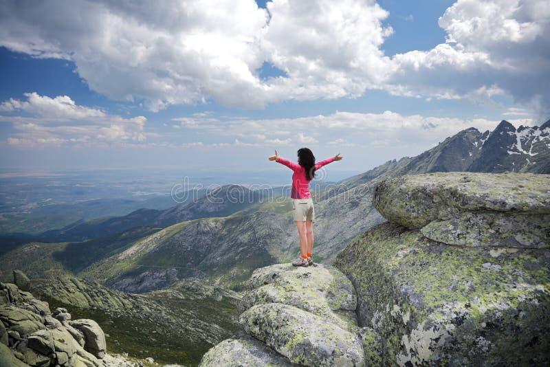 Download αγκάλιασμα της δευτερεύουσας κορυφαίας γυναίκας Στοκ Εικόνα - εικόνα από διακοπές, αγκαλιάστε: 22787755