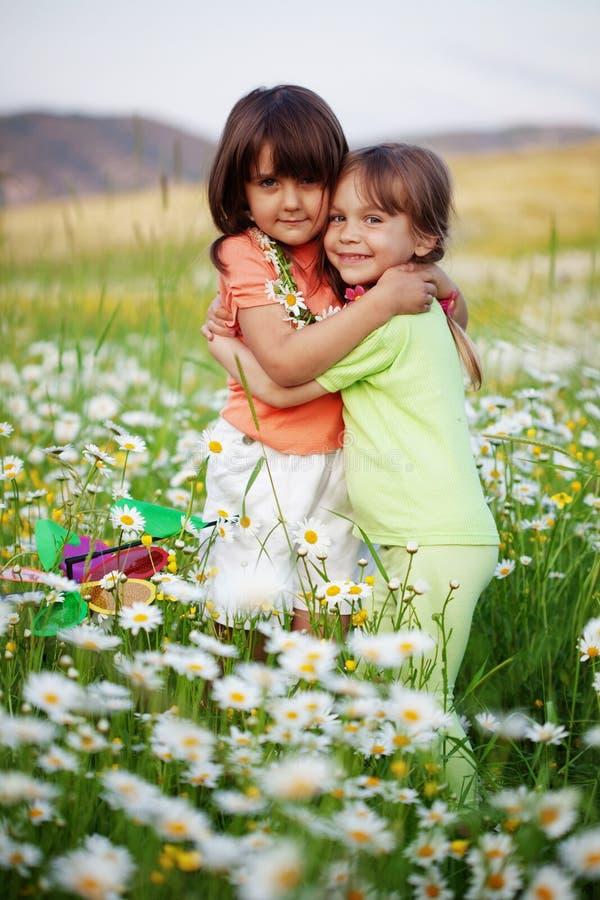 αγκάλιασμα φίλων στοκ εικόνα