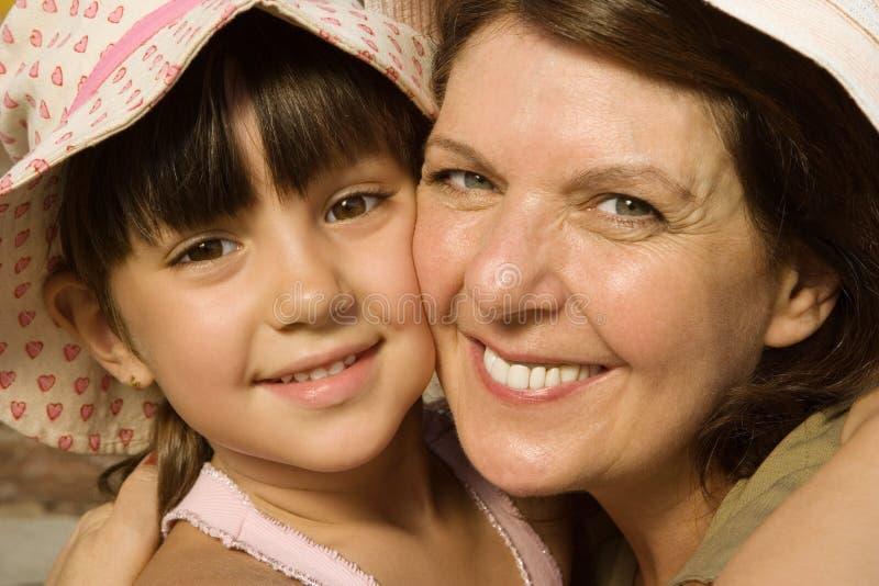 Αγκάλιασμα γιαγιάδων και εγγονών στοκ εικόνες με δικαίωμα ελεύθερης χρήσης