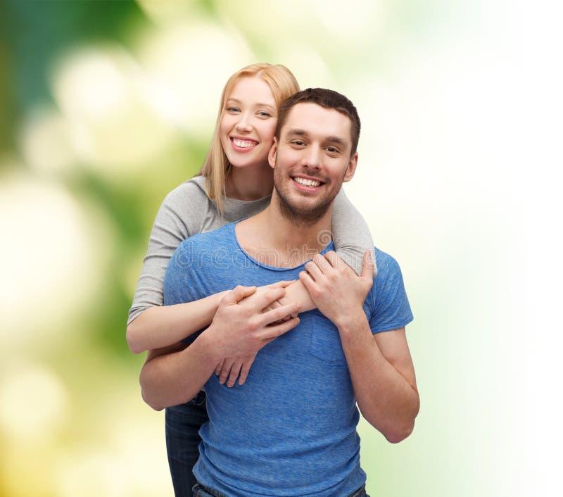 Αγκάλιασμα ζευγών χαμόγελου στοκ φωτογραφίες με δικαίωμα ελεύθερης χρήσης