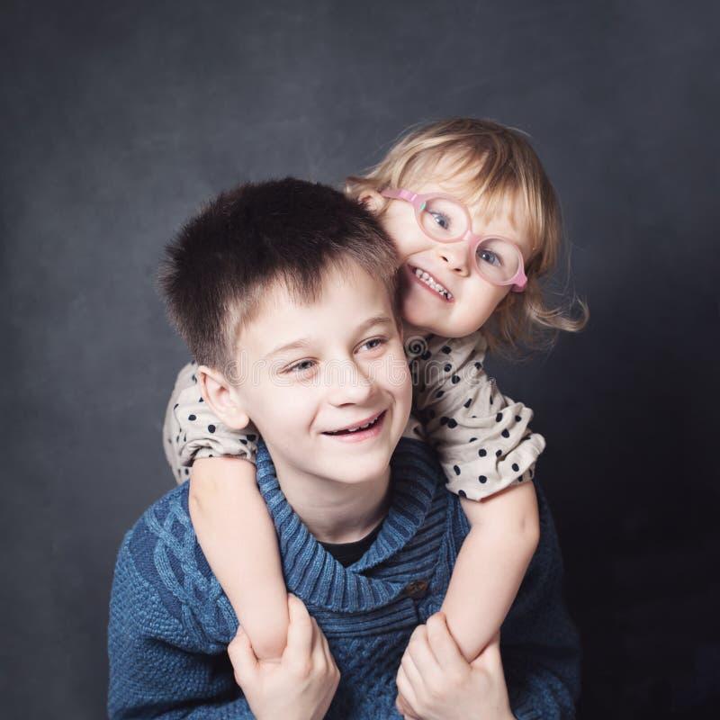 αγκάλιασμα παιδιών στοκ φωτογραφία με δικαίωμα ελεύθερης χρήσης