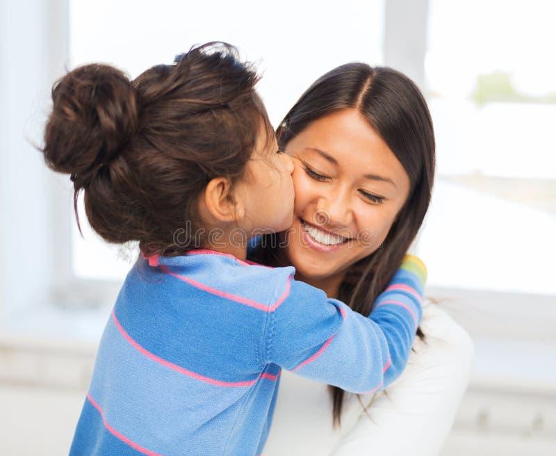 Αγκάλιασμα της μητέρας και της κόρης στοκ εικόνες με δικαίωμα ελεύθερης χρήσης