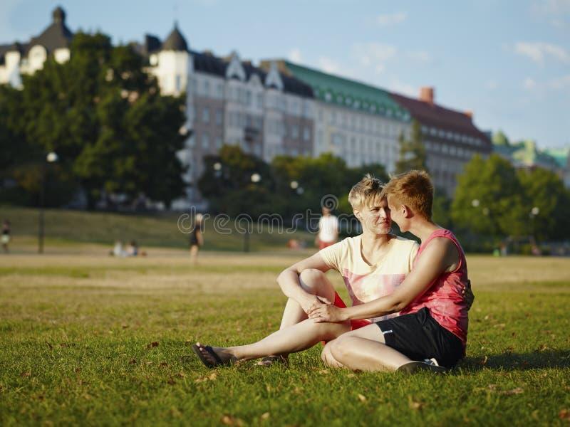 Αγκάλιασμα των γυναικών στοκ φωτογραφίες