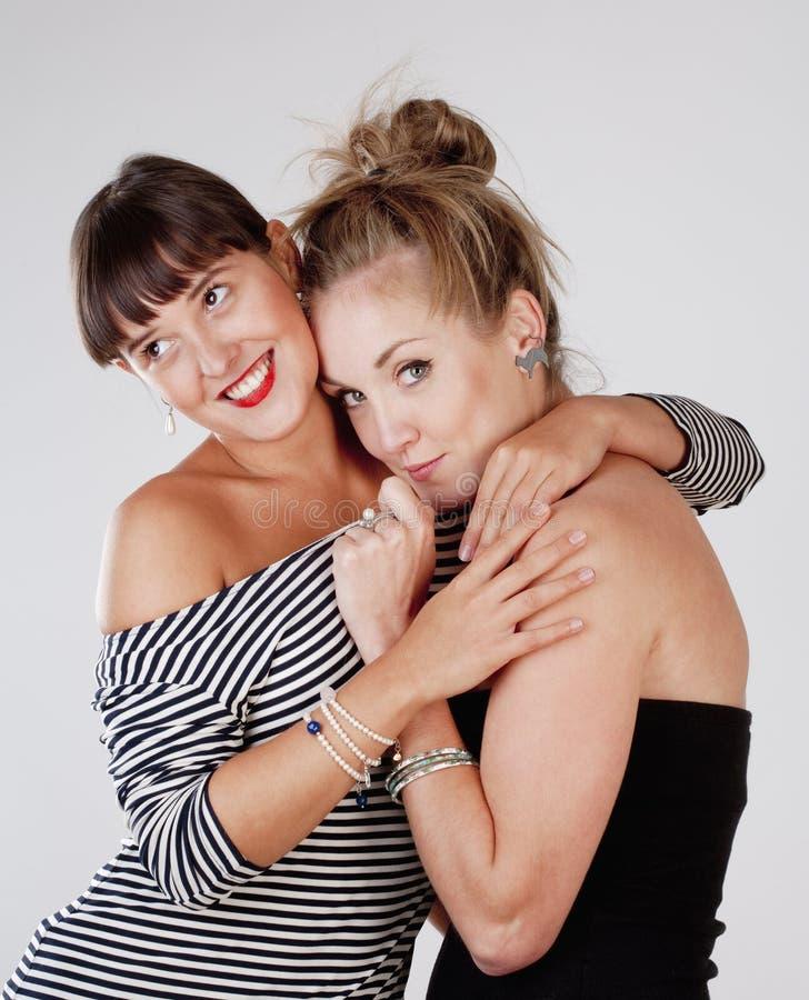 Αγκάλιασμα δύο νέο θηλυκό φίλων στοκ φωτογραφίες