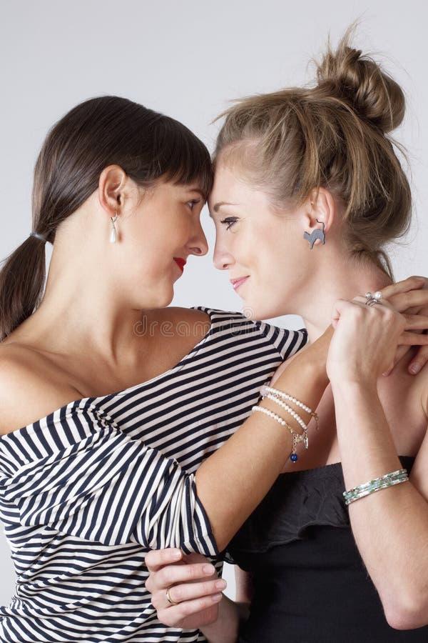 Αγκάλιασμα δύο νέο θηλυκό φίλων στοκ εικόνα