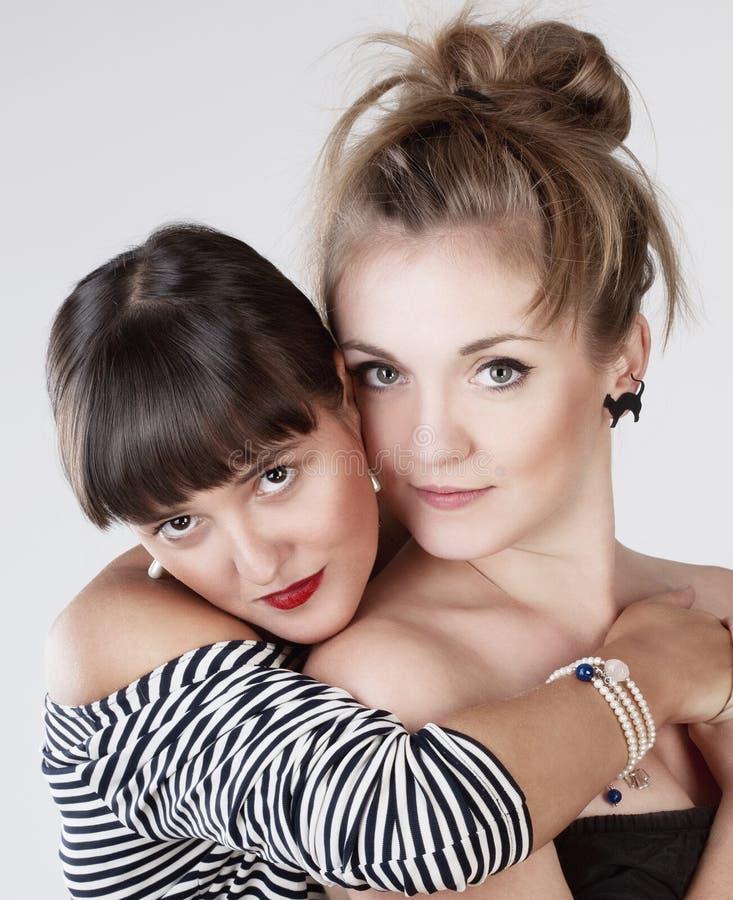 Αγκάλιασμα δύο νέο θηλυκό φίλων στοκ εικόνες