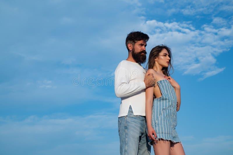 Αγκαλιάστε και φιλήστε για το ζεύγος ερωτευμένο Εμπαθής άνδρας που φιλά ήπια την όμορφη γυναίκα με την επιθυμία Σ' αγαπώ Love Sto στοκ φωτογραφίες