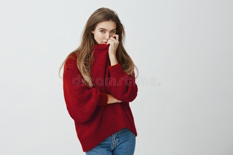 Αγκαλιασμένος κορίτσι φίλος και μυρωδιές το άρωμά του στο πουλόβερ της Πορτρέτο του αισθησιακού όμορφου ευρωπαϊκού προτύπου σε κα στοκ φωτογραφίες με δικαίωμα ελεύθερης χρήσης
