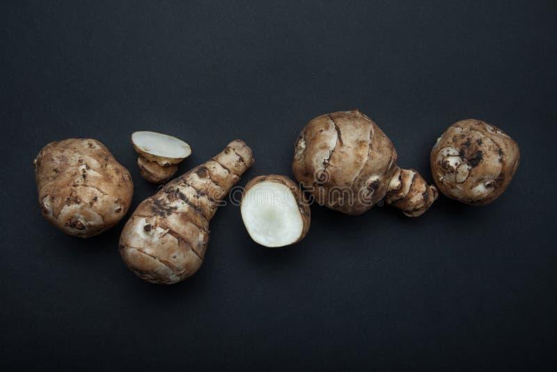 Αγκινάρες γραμμών ή ακτίνες ήλιων Οργανικά λαχανικά σε ένα μαύρο υπόβαθρο στοκ εικόνα με δικαίωμα ελεύθερης χρήσης