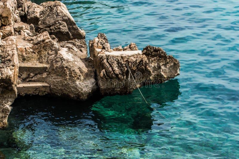 Αγκυροβόλιο στην τυρκουάζ σαφή θάλασσα στοκ εικόνες