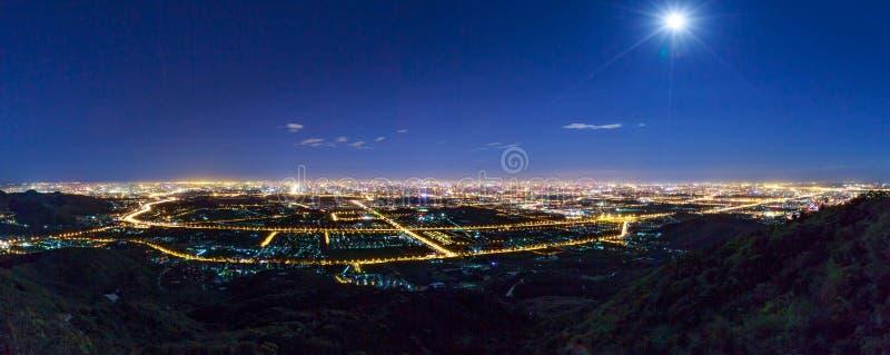 Αγνοώντας την πόλη τη νύχτα στοκ φωτογραφία