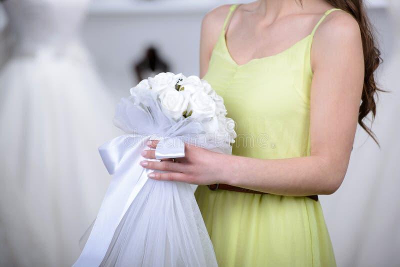 Αγοράζοντας γαμήλιο φόρεμα στοκ εικόνες με δικαίωμα ελεύθερης χρήσης