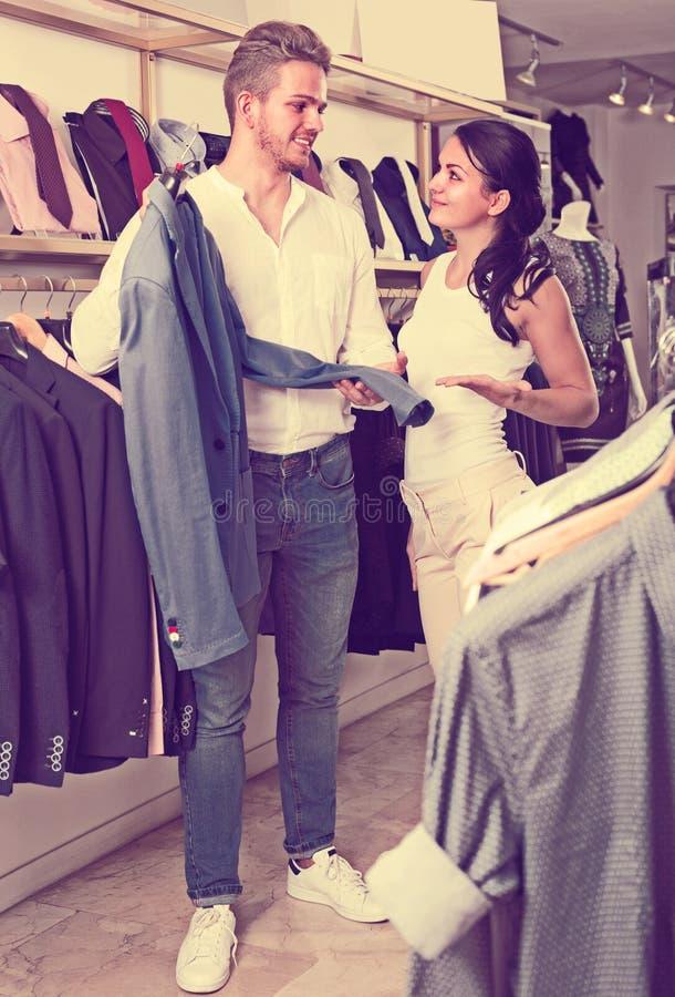Αγοράζοντας σακάκι ζεύγους για το άτομο στοκ φωτογραφία
