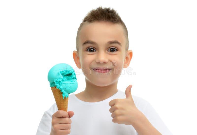 Αγοράκι έτοιμο για την κατανάλωση του μπλε παγωτού στην παρουσίαση κώνων βαφλών στοκ εικόνες με δικαίωμα ελεύθερης χρήσης