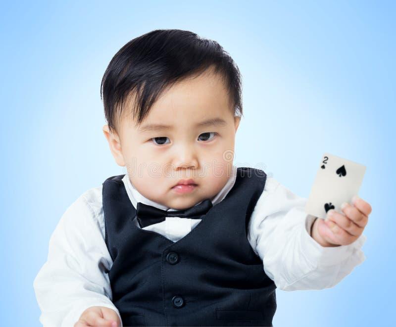 Αγοράκι με την κάρτα πόκερ στοκ φωτογραφία