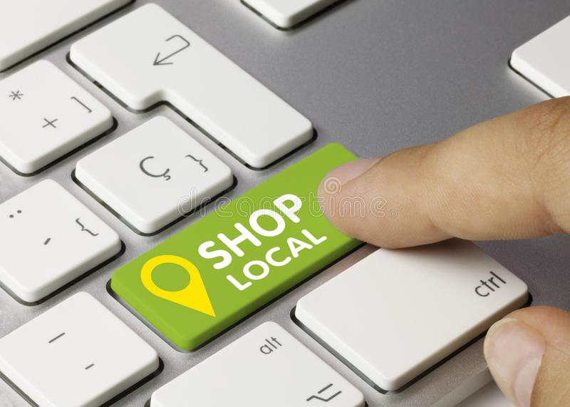 Αγοράστε τοπικά - Επιγραφή στο πράσινο πλήκτρο πληκτρολογίου στοκ εικόνες