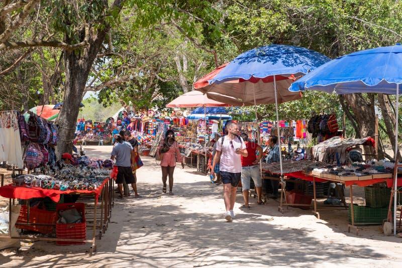 Αγορά βιοτεχνίας που πωλεί τα παραδοσιακά μεξικάνικα αναμνηστικά σε Chichen Itza στοκ εικόνα